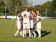 Velvary (v zeleném) prohrály v MOL Cupu s Hradcem Králové 0:1. Hradečtí slaví jedinou branku.