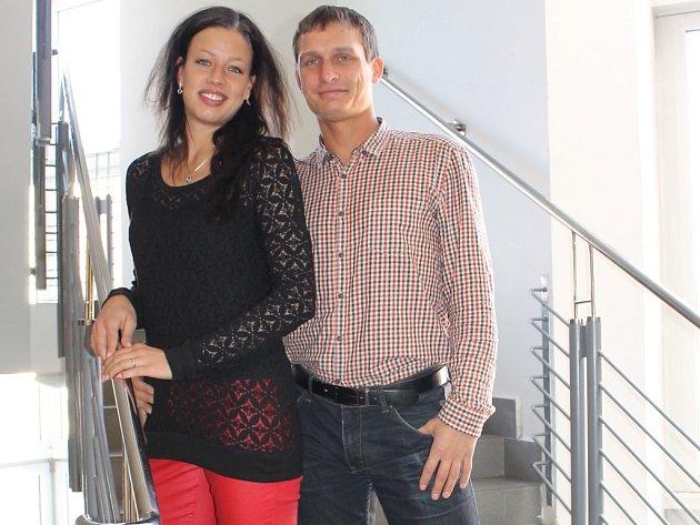 VERONIKA ŠIKULOVÁ Z KLADNA se svým snoubencem Radkem Janatkou na návštěvě v Kladenském deníku. Redakce drží budoucí nevěstě palce. Svatbu má přichystanou pár i v případě neúspěchu v soutěži na konec května.
