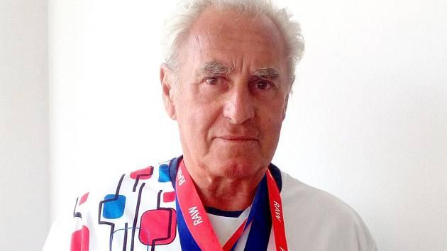 Když těžký atlet Karel Olič ve svých sedmdesáti letech vyrazí do posilovny k Milanu Havlovi, okukují ho nevěřícně o dvě i tři generace mladší svalnatci.