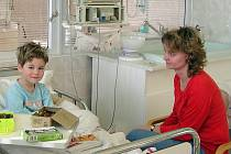 Většina rodičů nemůže ani dospat dne, kdy jejich nemocné dítě bude propuštěno z nemocnice. V mnohých případech s nimi také zůstávají po celu dobu hospitalizace (na snímku).