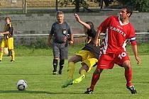 Braškovský Martin Veselý (v červeném) z přísně nařízené penalty zápas rozhodl.