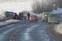Při nedělní tragické nehodě mezi obcemi Slaný-Lotouš a Kutrovice na Slánsku zahynula jedna žena a dalších šest lidí bylo zraněno.