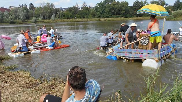 Plavidel vyjelo na hladinu rybníka celkem třináct.