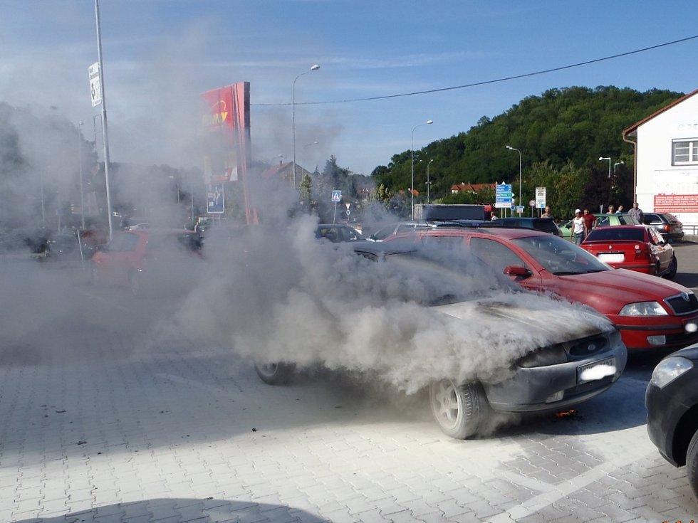 Požár fordu před obchodním centrem ve Slaném