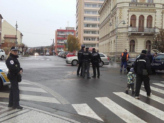 Havárie na vodovodním potrubí ve Slaném na křižovatce v centru města komplikuje i dopravu.