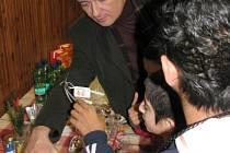 Středočeský hejtman David Rath obdaroval před Štědrým dnem děti z Dětského domova v Ledcích.