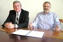 Zdeněk Syblík (vlevo) z ČSSD a Dan Jiránek, primátor a volební lídr ODS, ve čtvrtek společně informovali o koaliční dohodě, k níž dospěly vyjednávací týmy obou stran.