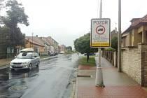 DOPRAVNÍ CEDULE informující o omezení nákladní dopravy.