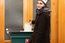 Slečna Veronika , 21 let, studentka . Prezidenské volby přímé jednoznačně vítá. Kandidáta neprozradila, jen napověděla. Není to žena a není to nikdo z favorizované trojice... // Lidé na Kladensku si volí svého prezidenta (1. kolo, 11. 1. 2013)