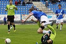 (42min) Z této situace je druhá penalta, Běloušek fauluje Procházku ...// SK Kladno - FK Baník Most  5:3 (2:1)  , utkání 22.k. 2. ligy 2010/11, hráno 17.4.2011
