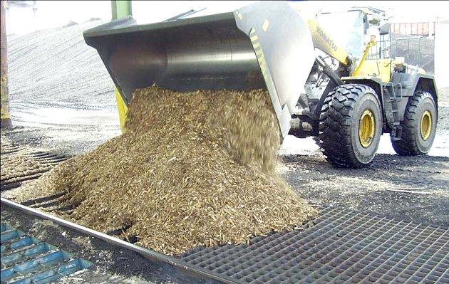 Zavážení dřevěnými štěpky do zásobníku v kladenském energocentru.
