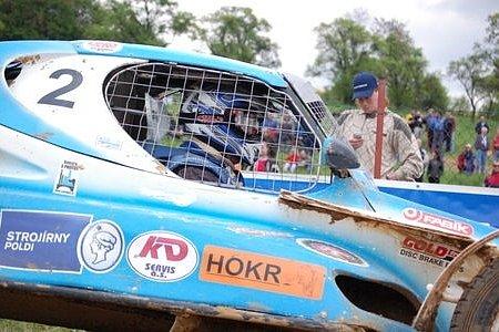 V této chvíli ještě Jaroslav Hošek netušil, že pro něj závod za chvilku skončí.
