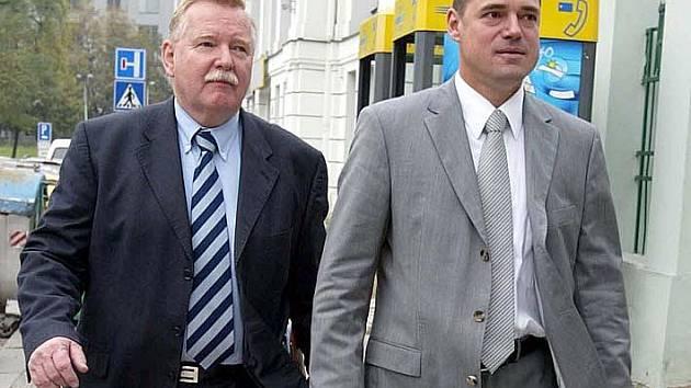 Ladislav Malý (vlevo) před volbami předsedy ČMFS 2005. Vpravo je Vladimír Leška.