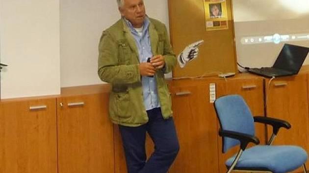 Stanislav Motl v kladenské knihovně.
