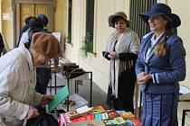 Velká sváteční burza knih v sobotu dopoledne v podloubí před slánskou knihovnou.