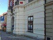 Budova staré radnice na Masarykově náměstí po rekonstrukci první den bez lešení. Chybí už jen dokončit spodní sokl.