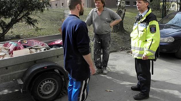Aut je v Rozdělově moc. Okrskář Petr Drnec tak často musí vést debaty s majiteli špatně parkujících vozidel.