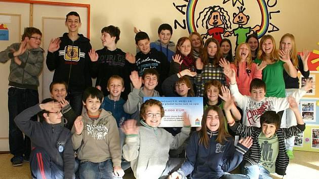 Sedmáci ze Základní školy Smečno dostali od sponzora v hodnotě 4000 EUR novou multidotykovou interaktivní tabuli.