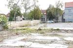 Pozemek v Divadelní ulici, kde má stát budoucí depozitář pro Středočeskou vědeckou knihovnu v Kladně.