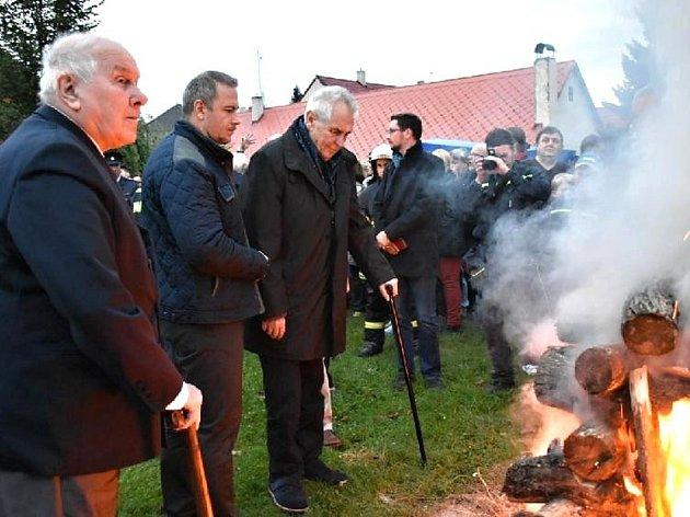 Pietní akt a Masarykova vatra v Lánech se konaly v sobotu.