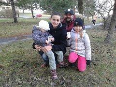 O hokejové permanentky bude v rodině Dostálů zájem. Na hokej totiž chodí  i dcery Karolína (vpravo) a  stydící se Kristýnka.
