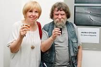 Fotograf Jindřich Špicner se zúčastnil vernisáže v Kladně i s manželkou, spisovatelkou a dramatičkou Danielou Fischerovou.