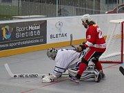 Derby na úvod extraligy překvapení nepřineslo, hokejbalisté Alpiqu Kladno (v bílém) přehráli doma Rakovník. Slavomír Švancar atakuje brankáře Jirotku.