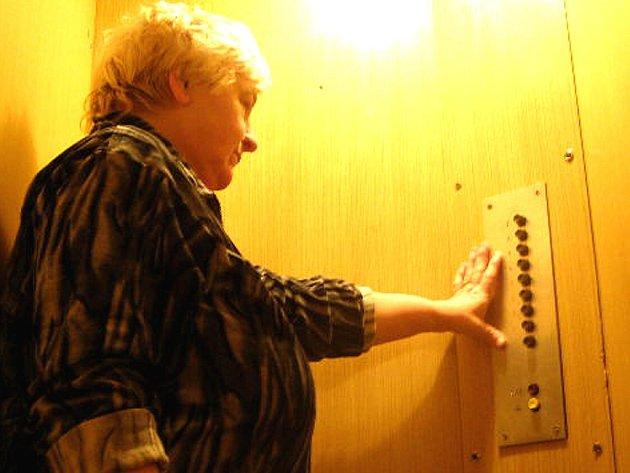 CELKOVÉ INVESTICE NA MODERNIZACI A REKONSTRUKCI výtahů v městských domech bude stát asi 70 milionů korun. Všechna zdvižná zařízení budou vyměněna v následujících pěti letech.