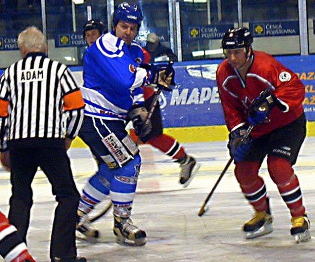 Milan Nový (v modrém) střílí góly i za veterány.
