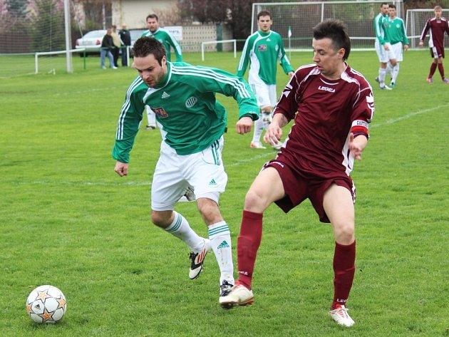 Hostouň - Slaný 3:1, vlevo domácí Tomáš Rouček, vedle Bohumil Mrština.