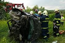 Zraněného muže museli po havárii hasiči z Renaultu Modusu vyprostit.