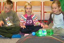 Děti v Labyrintu vyvolávají duchy.