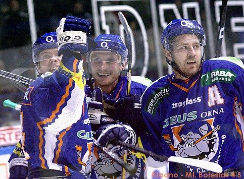 Tomáš Horna (na archivním snímku vlevo) slaví. Dal stý gól za Kladno, potřeboval na to přesně 500 zápasů