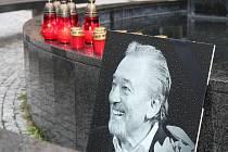 Kladeňáci mohou zapálit svíčku Karlu Gottovi na Floriánském náměstí