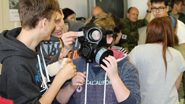 Žáci druhého stupně při zkoušce plynových masek v improvizované chemické laboratoři.
