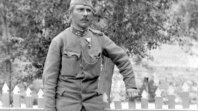 PO MNOHÝCH OTCÍCH, manželech, bratrech či strýcích zůstaly v rodinách jen fotografie. Přežil tento kladenský voják hrůzy 1. světové války? Vrátil se zmrzačen či vůbec? Odpověď už dnes neznáme.
