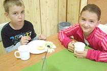 DĚTÍ, které využívají ve škole možnosti nasnídat se před vyučováním, je nyní ke třiceti. Postupně se jejich počet zvyšuje.