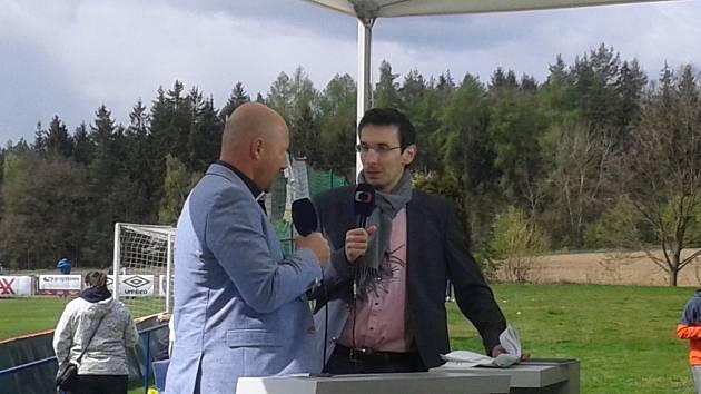 Vlastimil Vlášek a Luděk Zelenka při komentování derby v Doksech.