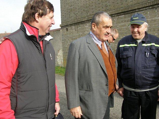 Starosta Lán Karel Sklenička (vlevo) doprovázel ministra zahraničí Karla Schwarzenbergra, žijícího v nedaleké Sýkořici, při nedávném výlovu lánského rybníka.