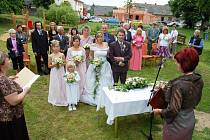 Pro obec Lhotu něco neobvyklého. Svatební obřad pod širým nebem, uprostřed návsi.
