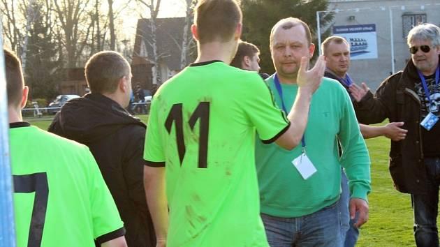 Velvary (v zeleném) zdolaly brankou Vošmery Hostouň 1:0. Předseda Slovanu David Vedral měl radost.