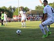 Velvary (v zeleném) prohrály v MOL Cupu s Hradcem Králové 0:1. Tenhle zásah Mikera ještě neplatil pro ofsajd. A byl rukou