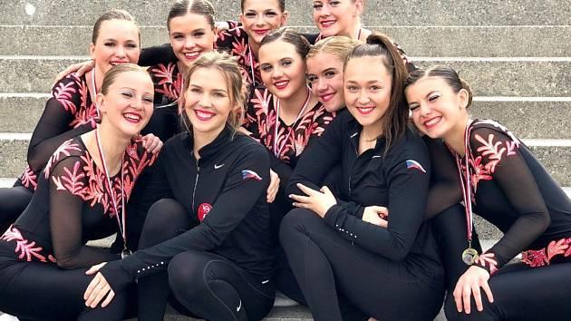 Dívky z Aerobik Dancers s trenérkami