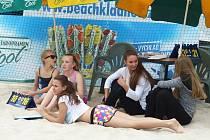Letní pohár mužů na kurtech Vavřince. Mladé hráčky poctivě pomáhaly s organizací.