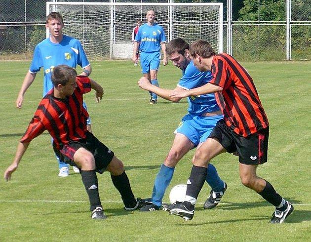 Bělečský David Trousil přes dva beky Slavoje a vsítil vítězný gól svého týmu.