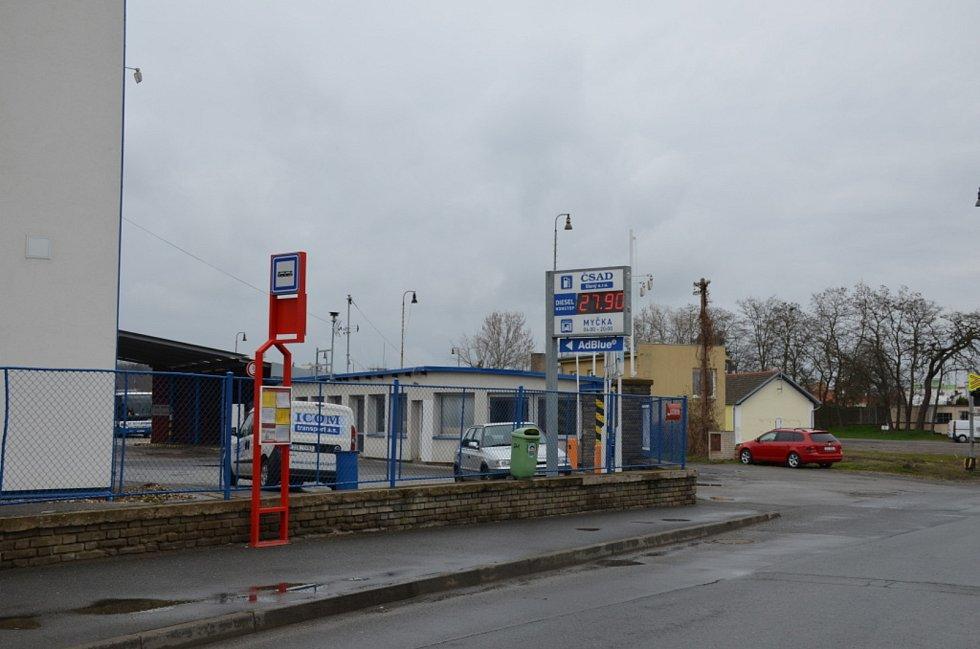 Zastávka v Lacinově ulici ve Slaném.