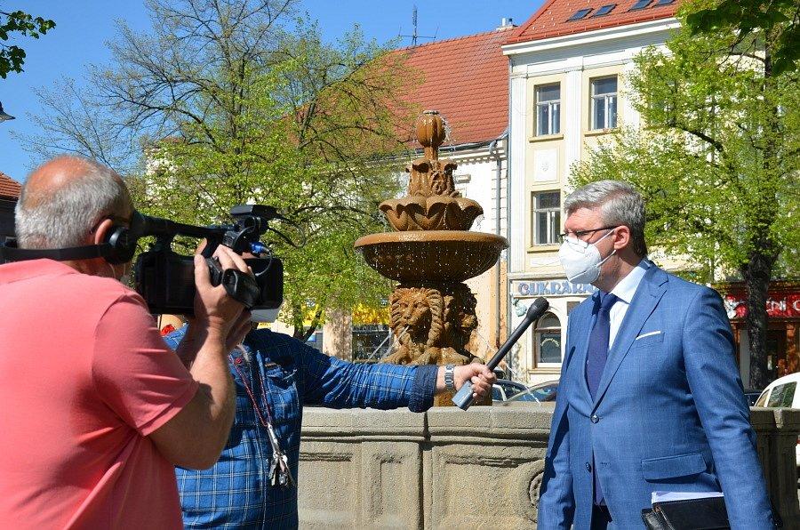 Ministr Karel Havlíček (za ANO 2011) se přijel podívat do Slaného, aby zkontroloval, jak probíhá otevření obchodů a služeb.