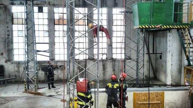 Nácvik kladenských hasičů v polygonu