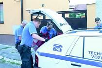 Strážníci nakládají do technického vozidla spícího staforda