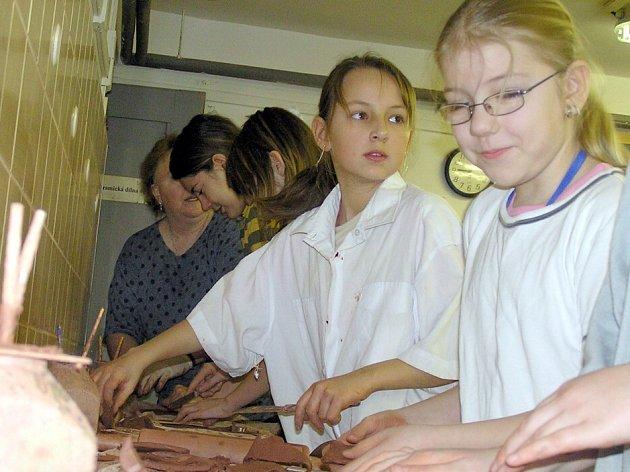 Tvorba v keramické dílně je jednou z nejoblíbenějších aktivit dětí z příměstského tábora v Labyrintu.